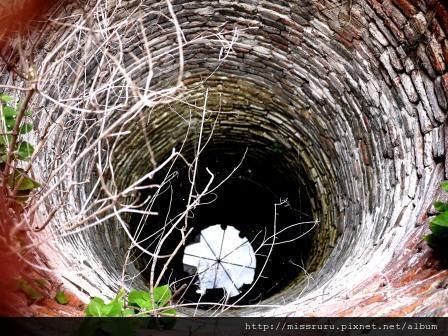 Ayutthaya-以往供僧侶使用之井水-旁邊的阿本一直說這是很像貞子的井