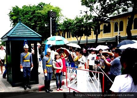 大皇宮-遊客爭先與衛兵照相