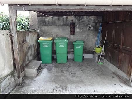 民宿後院的垃圾桶