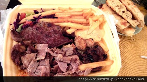DAY6-晚餐-MIX烤肉加沙拉飯薯條與烤餅10歐