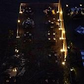 樓下的河畔餐廳也點燈了.JPG