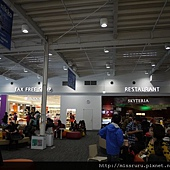 候機室裡的餐廳與免稅店.JPG