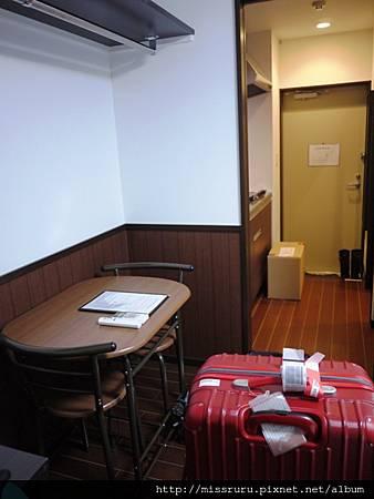 桌子與玄關.JPG