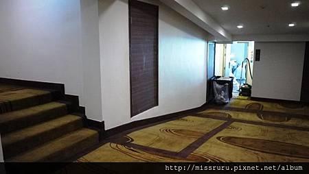 充滿奇怪樓梯高低起伏的夾層飯店.JPG