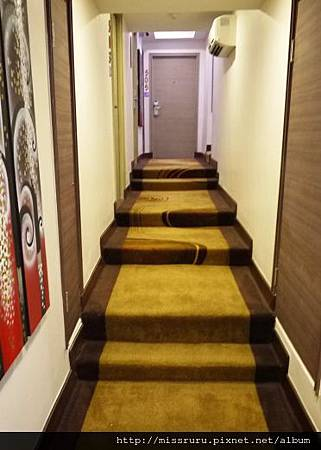 走到房間要走奇怪的樓梯.JPG