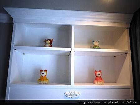 房內櫃子上違和的裝飾.JPG