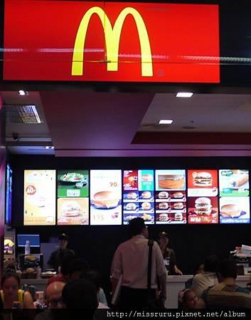 廊曼機場-很退的麥當勞.JPG