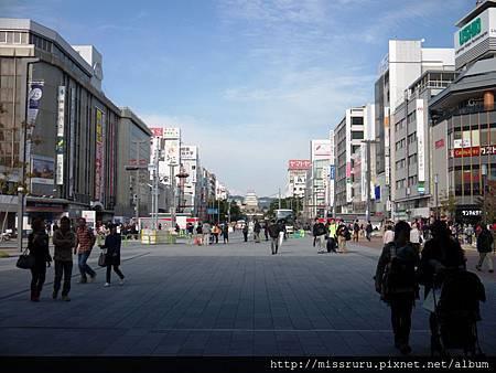 JR姬路車站外可看見姬路城.jpg