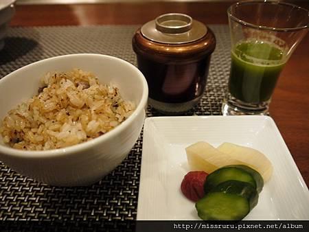 炒飯味噌湯與御新香.JPG