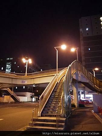 看到陸橋就在左手邊走幾步路.JPG