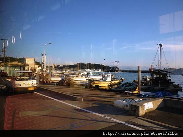 車上經過漁港.JPG