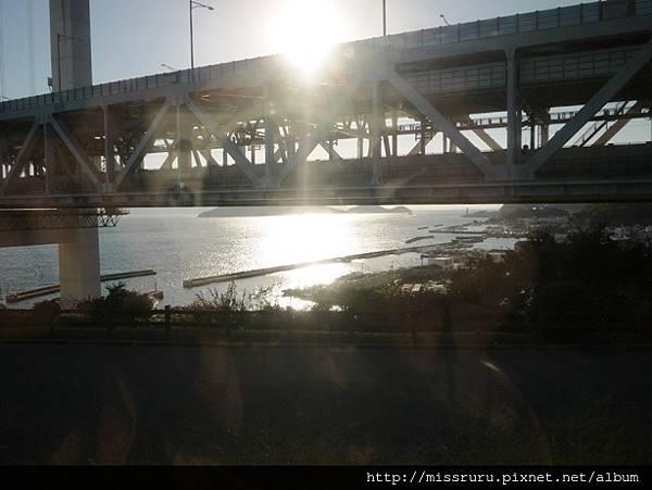 經過橋下.JPG