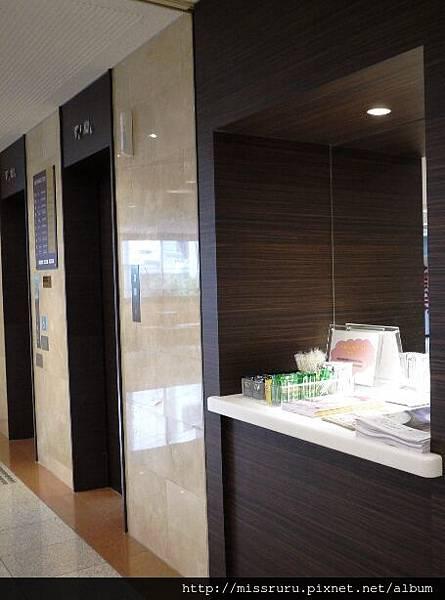 電梯旁的茶包.JPG