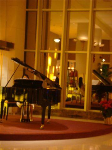 有個鋼琴美人現場彈奏