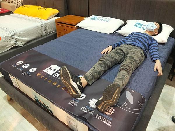 遠雄倍得門市的好睡床墊讓孩子試躺滿意