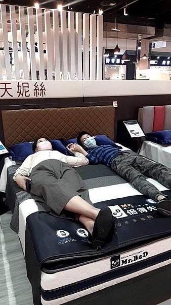 和孩子一起在遠雄倍得門市試躺頂級床墊