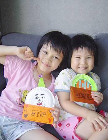 姊妹倆開心拿著送給爺爺的生日卡合照