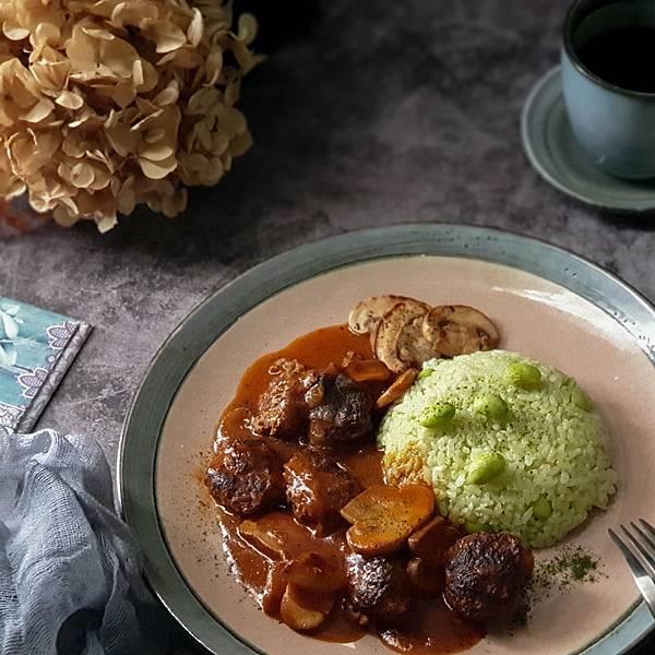 茄汁燉牛肉丸佐綠藻米飯