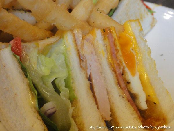 三明治蛋黃是半熟的