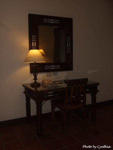 理想大地-沙發對面的桌椅