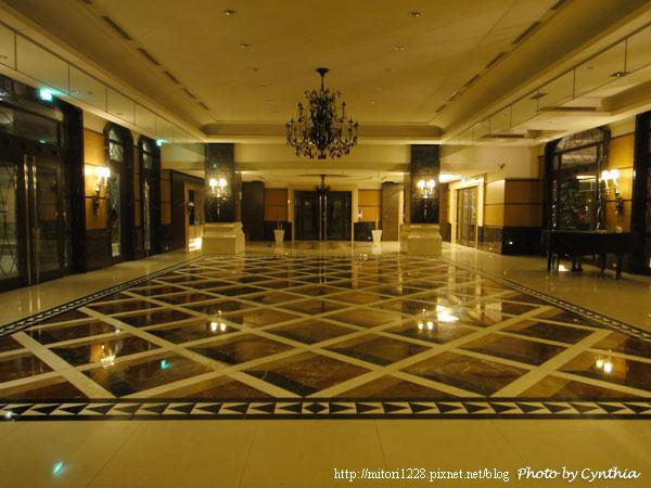 整修中的大廳地板