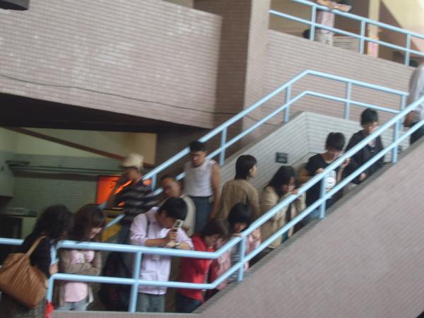 人人人!連樓梯都站了人.jpg