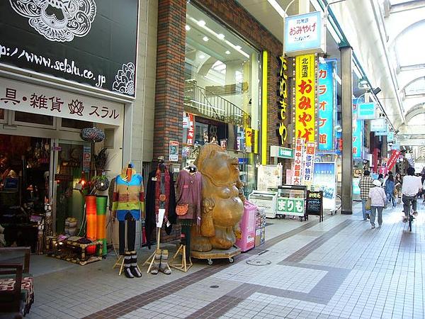 狸小路裡有名的北海道土產店門口的狸貓.JPG