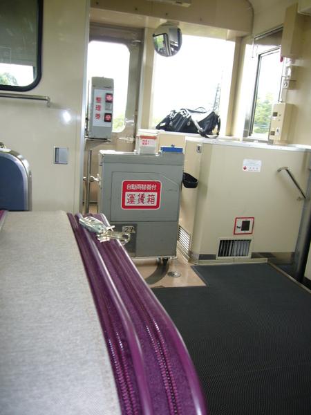 一個小時一班的一節電車內與我笨重的行李 (旭川-美瑛).JPG