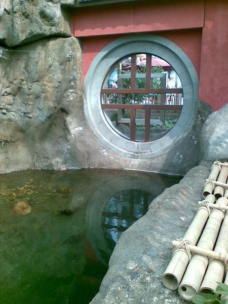 26熊貓館與金魚館中間的水池.jpg