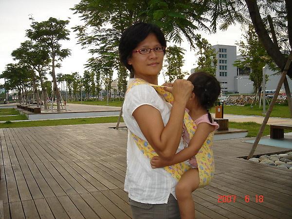 如果媽媽想讓寶寶依偎得緊一點.也就是身體更相貼.或者餵奶時.寶寶嘴的位置太低.喝不到ㄋㄟㄋㄟ.這時就需要把寶寶背高一點.只要將兩肩的背帶提起.往背後送.多送幾次.直到你覺得夠高了