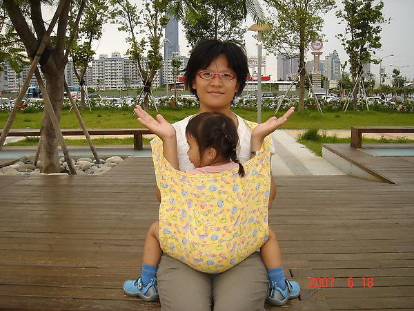 放下孩子方法一~最簡單的方法.是直接撐住寶寶的腋下.從背帶上方抱出.如果不順手.寶寶的腳又長時.媽媽可以先坐下來.兩手穿出.把背帶掙到腰部.就可以順利抱出寶寶.避免掙扎.也安全多了
