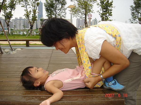 放下孩子方法三~先俯身.讓寶寶平躺在床上或桌上.媽媽把背巾從寶寶背後撕下.背巾還是穿在媽媽身上.這個方法.也適用於寶寶睡著後放下.