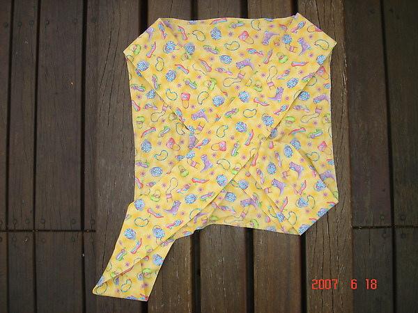 收納STEP1 有口袋的那面朝下.將背巾的背帶完全攤平在內面.