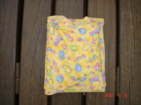 收納STEP4 再把背巾往上折.也是折到口袋底邊緣.整條背巾折到跟口袋一樣大小