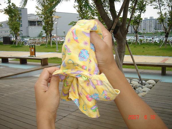 收納STEP6 把口袋由內往外翻.反轉後包住各個部分.像把袋子的裡面翻出來外面那樣