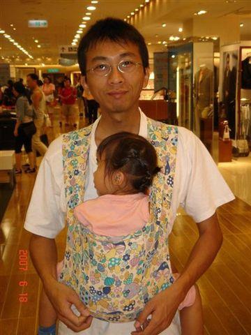 爸比寬闊溫暖的胸膛.是寶寶的避風港之一.而且爸比的體力比媽媽好.這一天.我們去逛夢時代.橘子妹妹愛睏了.爸比背著橘子走著走著她就睡著了.好好地睡上1個多小時...