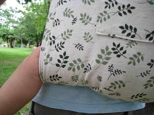 當你舒適地背著寶寶.並輕拍寶寶的背部時.也可以隨時順便拉平膝蓋後側的布面.以避免布面皺摺摩擦寶寶此處的柔嫩肌膚.因此時寶寶成長快速.這段過渡期不會太久