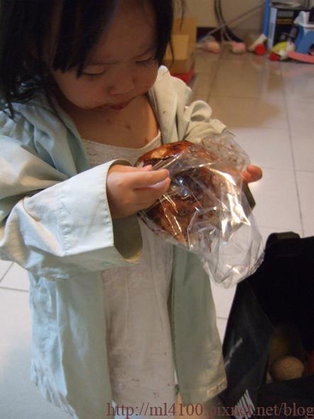 穿外套吃麵包.JPG