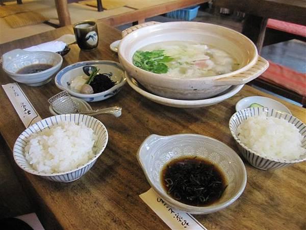 中午吃了非常非常非常清淡的湯豆腐餐點