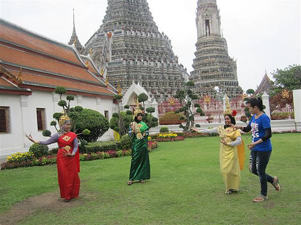 外面有人穿傳統服飾供遊客拍照