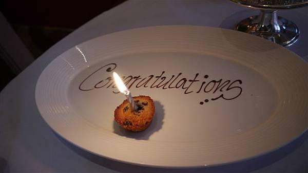 知道我們來度蜜月的還貼心了送了一個小muffin插蠟燭 加分