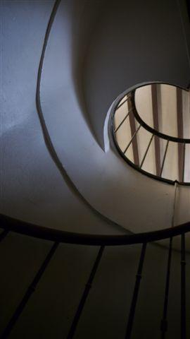 到二樓有個非常小的迴旋梯