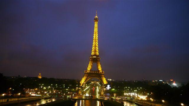 夜晚的巴黎鐵塔很浪漫