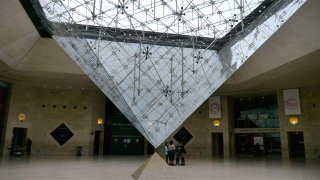 館內的倒金字塔
