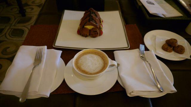 叫了一杯咖啡, 結果送了一個大蛋糕, 也是因為週年