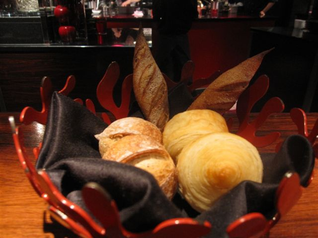 首晚一個人吃就去吃L'ATEIER de Joël Robuchon Tokyo看看 麵包是台北的比較好吃