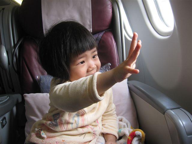 第一次坐飛機的波波在跟其他飛機說哈囉
