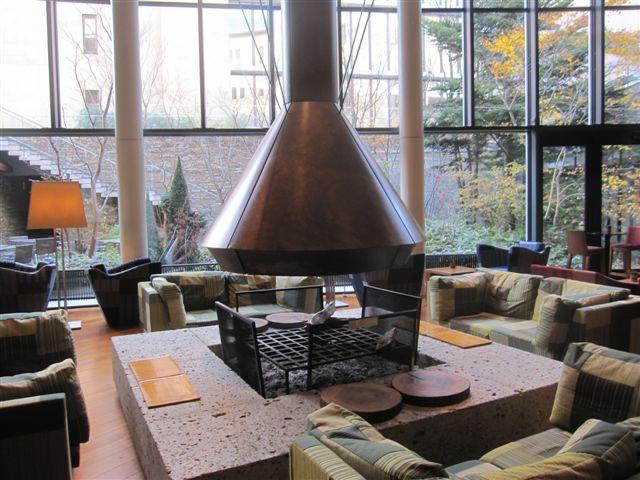 白天陽光灑落的Living Room