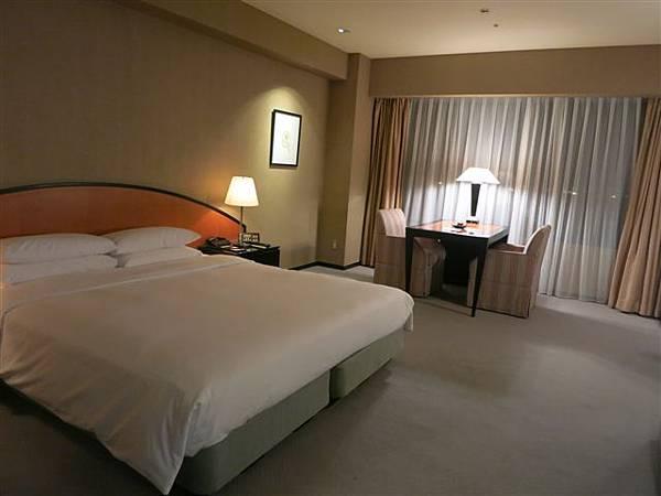 二住Hyatt Regency Osaka,被升等到Deluxe;房間大一些,還有椅子高級一些