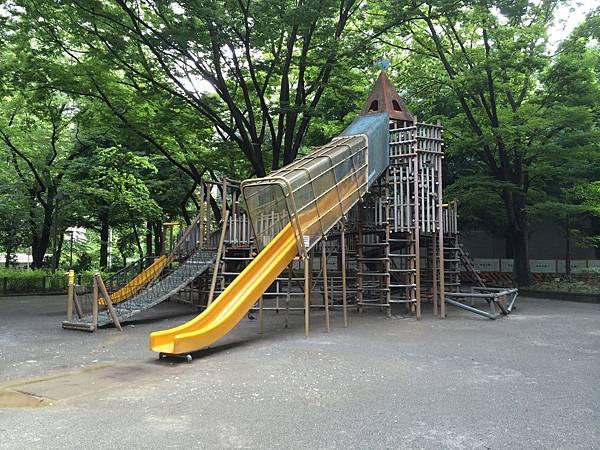 構造有些複雜的溜滑梯